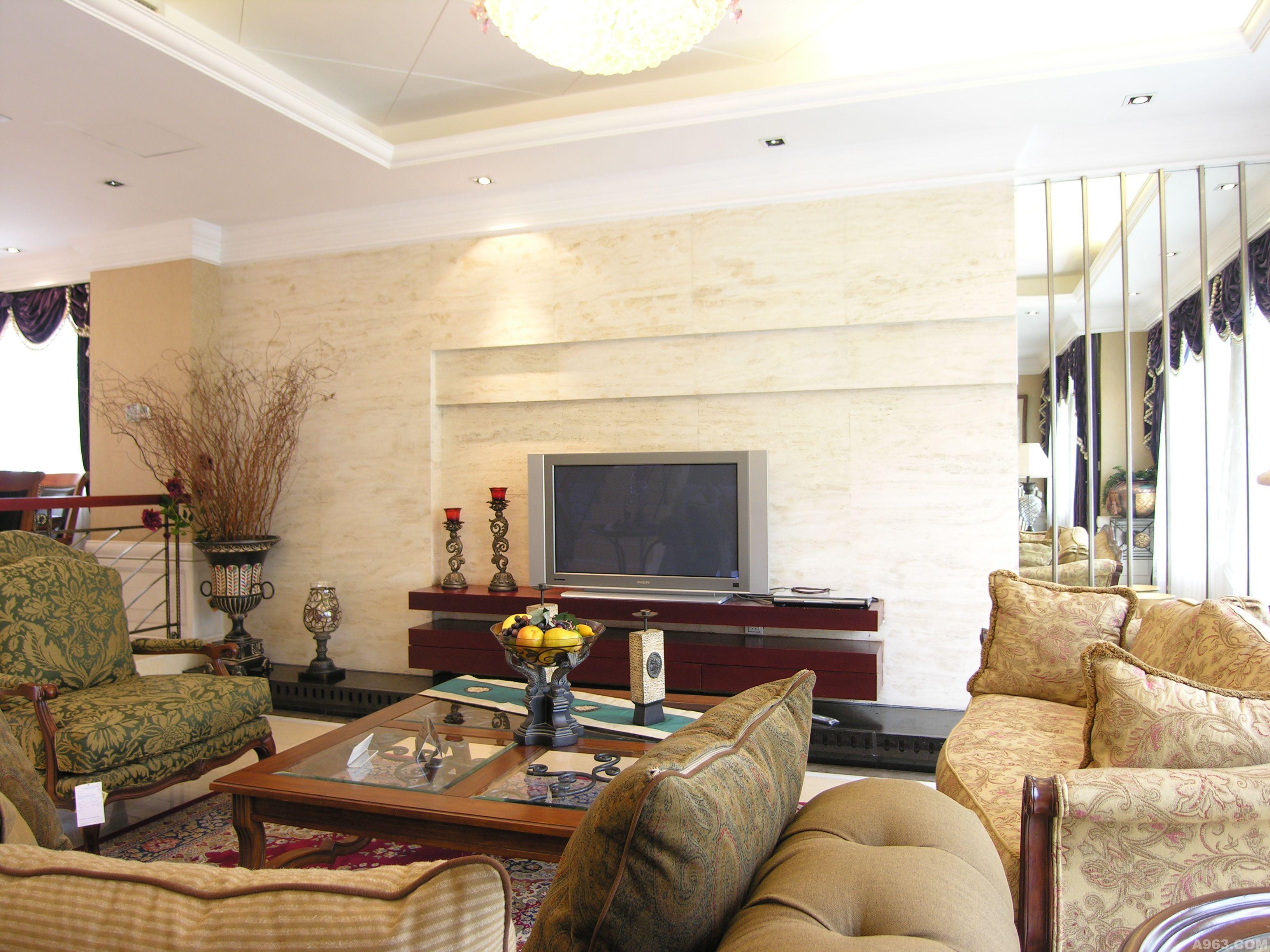 休息欧式绒布沙发.层次叠起的大理石背景墙